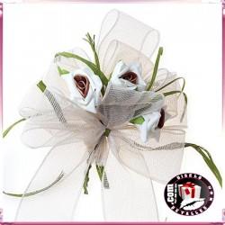 Lazada con Rosas Blancas